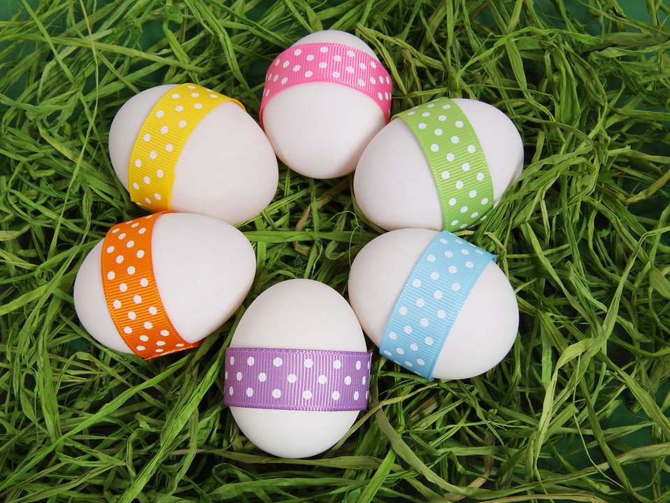 10572-easter-eggs-with-ribbons-on-grass-pv